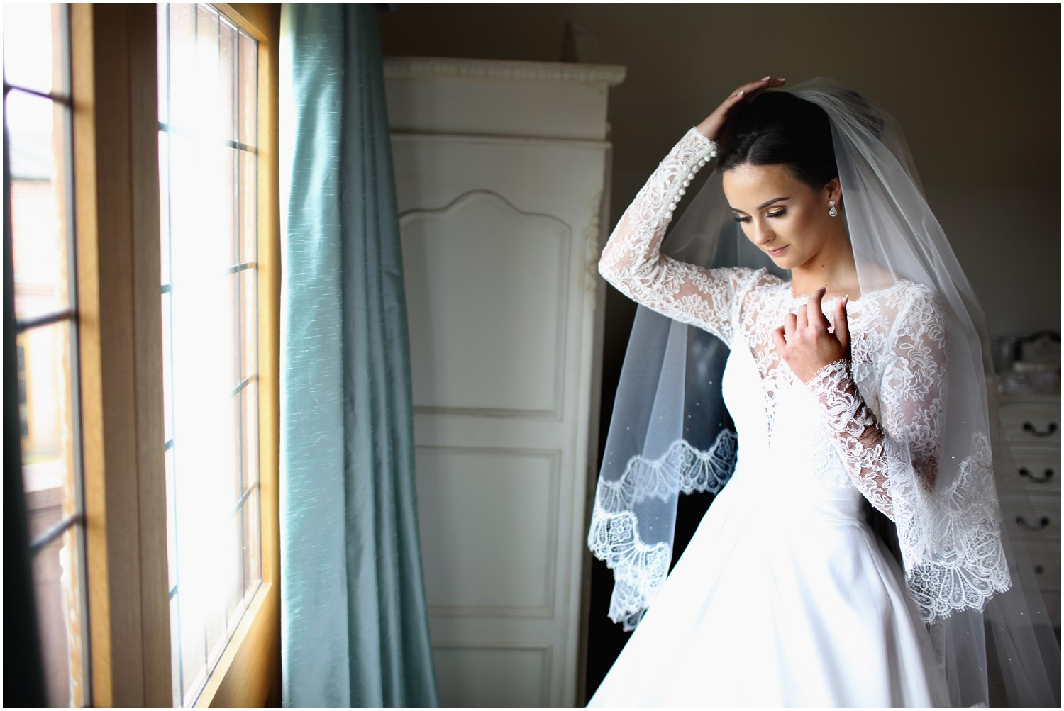 bride fixing veil merrydale manor
