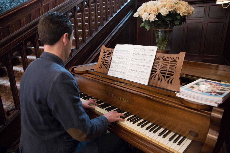 piano player at wedding